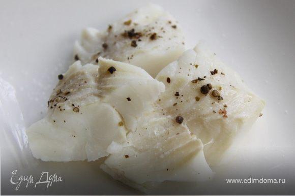 4. Выкладываем на тарелку рыбу, солим-перчим и поливаем ореховым соусом.
