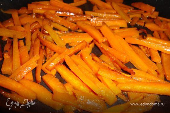 Нарезаем соломкой морковь, обжариваем.