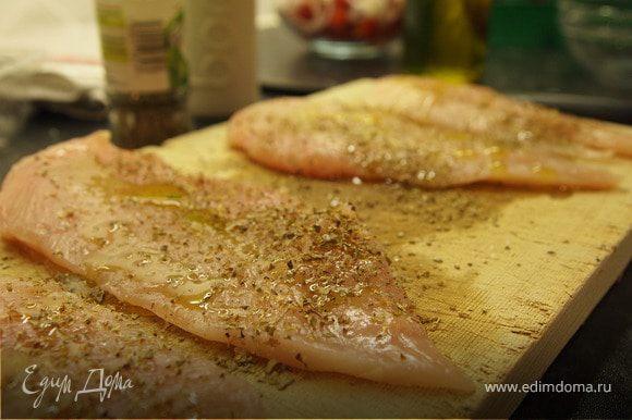 Грудки разрезать пополам очень острым ножом чтоб получились 4 тонкие кусочка. Посолить, поперчить, взбрызнуть оливковым маслом и посыпать майораном. Оставить мариноваться на 5 - 10 мин.
