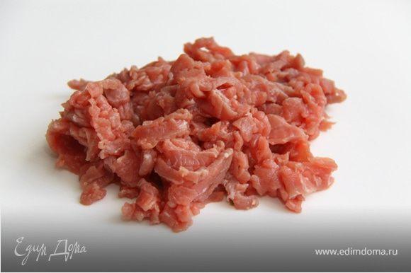 1. Режем мясо на очень тонкие небольшие кусочки, как на фото.
