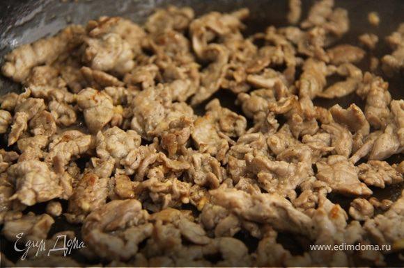 7. В хорошо разогретую сковородку вливаем масло и обжариваем мясо в течении 1 минуты, до образования золотистой корочки. Но не зажариваем сильно.