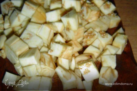 Баклажаны очищаем, нарезаем кубиками и обжариваем на оливковом масле.
