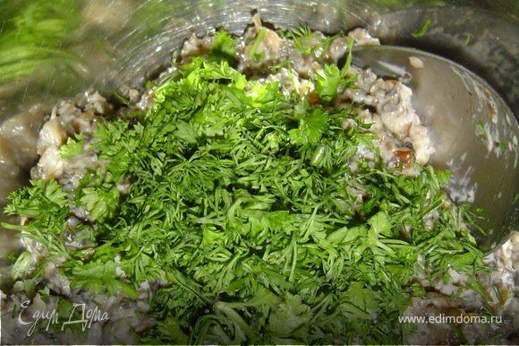 К грибной массе с сыром добавляем зелень и чеснок, хорошо перемешиваем.