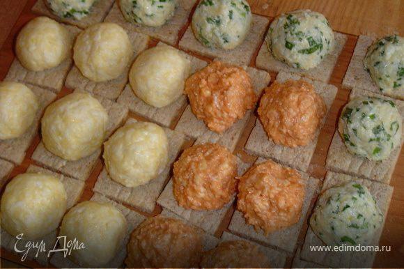 Из сырной массы формируем шарики и укладываем их на хлебцы.