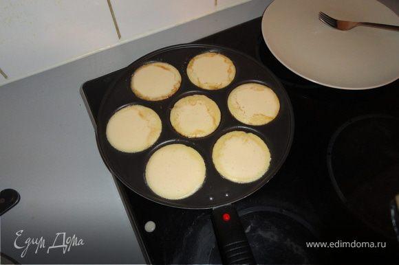 Выкладывать на сковороду маленькими кружочками (я использовала специальную сковороду), смазанную маслом ( на свой вкус).