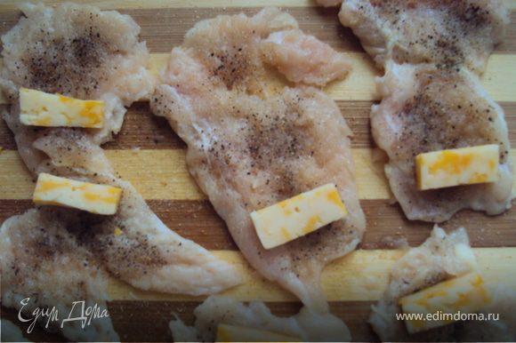 Отбитые кусочки куриного филе с одной стороны натираем солью, перцем, чесноком.
