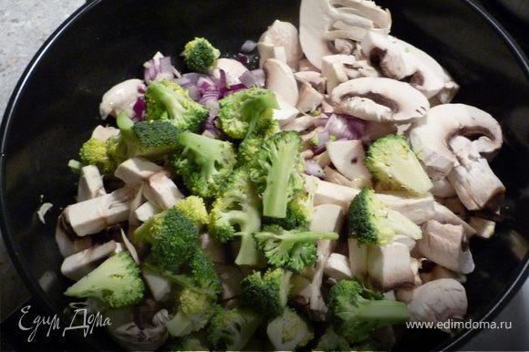 Затем добавить грибы, брокколи, чеснок и лук, немного все вместе жарить.