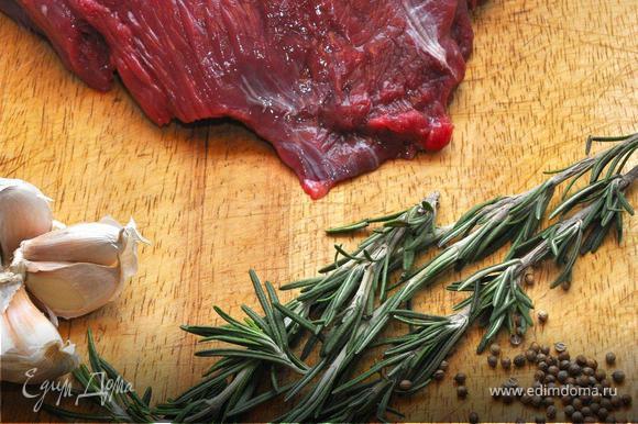 Итак, приступим! Говяжий филей разделим на две части вдоль волокон толщиной в два пальца, сделаем нашему мясу небольшой массаж, после чего острым ножом разрежем стейк сбоку ровно пополам, аккуратно прижимая ладонью сверху, но не до конца, а так, чтобы раскрыть его как книжку. Теперь плоской стороной ножа разгладим мясо на доске и сделаем поперечные надрезы под небольшим углом крест-накрест. Оставим мясо немного «отдохнуть», а сами тем временем откупорим бутылку вина, чтоб оно немного подышало, пока мы будем готовить наш бифштекс.