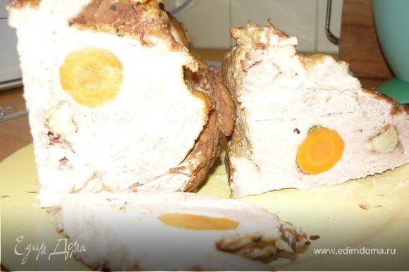 Обжаренный кусок переместить в кастрюлю с кипящей водой. Добавить соль, перец, лавровый лист. Отварить до готовности - часа 1,5-2 в зависимости от размера куска мяса. В результате получается изумительно вкусная сочная и нежная буженина и отличный бульон, который можно использовать для приготовления, например, щей.