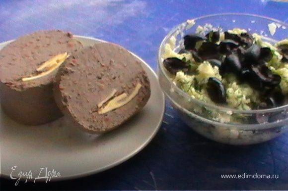 После того как тесто поднялось можно делать пирожки. Начинка может быть любая, у меня это домашний паштет и картофель с зеленью и оливками.