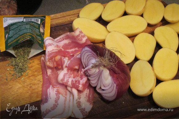 Картошку разрезать вдоль пополам. Лук порезать тоненькими перышками. Картошку посолить,полить оливковым масло, присыпать орегано. Все перемешать.