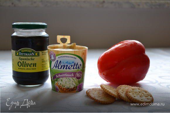 На крекеры выдавить сыр Альметте из шприца с фигурной насадкой. Из болгарского перца вырезать треугольнички удлиненной формы, выложить из на сыр в виде звездочек, добавить полуколечко из маслины и зелень петрушки