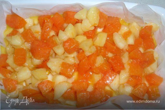 Затем в форму выкладываем тыкву с яблоками и поливаем сиропом в котором они тушились. Ставим в духовку еще на 15 минут.