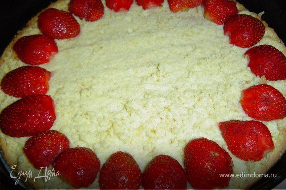 Нижнюю часть бисквита кладем в застеленную пергаментов форму, а на него выкладываем ягоды клубники,а сверху клубничный крем, .