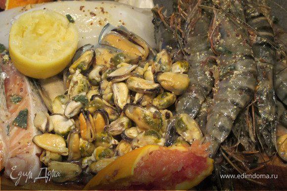 Морепродукты и рыбу разморозить и замариновать, приготовив маринад: смешать сок лимона, сок апельсина, горчицу,соль, перец, олив.масло.