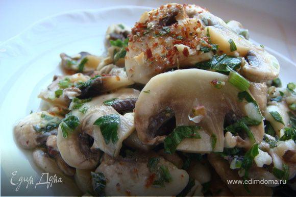 Мясо и овощи нарезать соломкой. На тарелку выложить листья салата, шампиньоны, мясо, сельдерей, соленые огурцы, редис. Сверху полить заправкой.