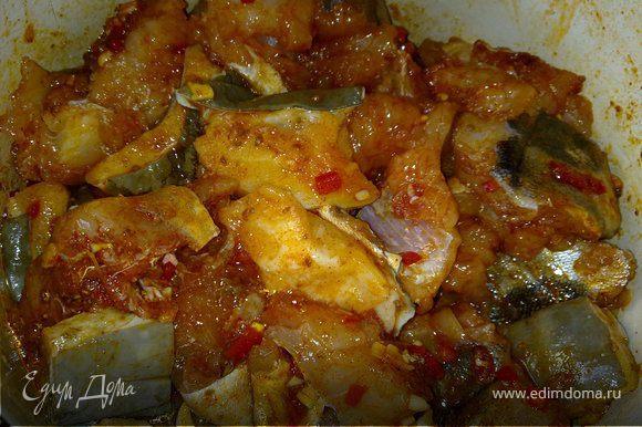 Приготовить маринад: в ступке растолочь зиру, чеснок и чили с солью, добавить паприку, зелень и снова размять. Влить лимонный сок и оливковое масло и хорошо перемешать. В маринад положить рыбу, хорошо вымесить и убрать в холодильник на 1 – 2 часа.
