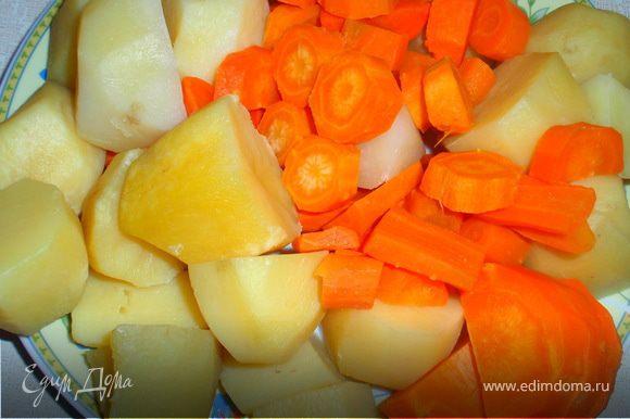 Картофель и морковь кладем на разогретую сковороду с сливочным маслом. Добавляем чеснок, солим и обжариваем на среднем огне до золотистой корочки.