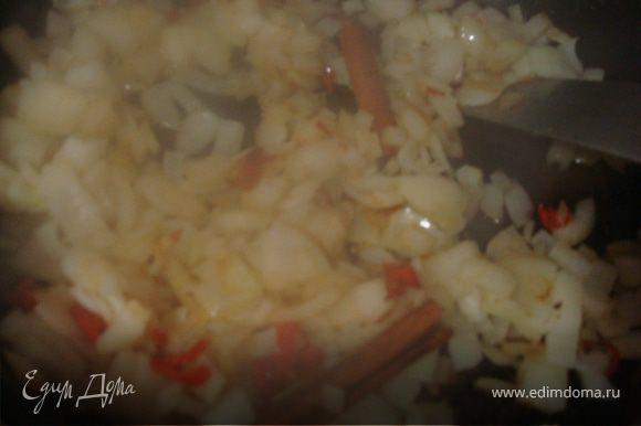 Нарезаем мелко лук, на оливковом масле обжариваем раздавленный чеснок, пару гвоздичек, и палочку корицы, добавим лук, и обжарим до золотистого цвета. Теперь вольем немного воды, и добавим нашу пастообразную смесь из приправ. Доведем до кипения, масса должна быть очень густой. Кипнуло? Начинаем вводить йогурт- постоянно помешивая. что бы йогурт не свернулся.