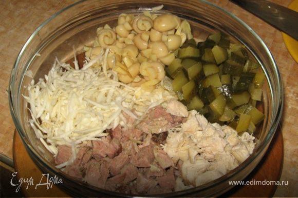 Готовится салат быстро и просто: сельдерей очистить и натереть на крупной терке. Огурцы нарезать не особо мелкими кубиками, грибы - на 4 части, мясо тоже кубиками. Все смешать, посолить и заправить майонезом.