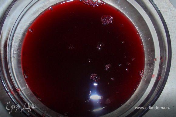 Для желе: разводим в 200мл горячей воды желатин и мешаем до полного его растворения. Затем вливаем воду в вишневый сироп (если Вам покажется сироп не достаточно сладкий можно добавить сахар). Разливаем по креманкам и в холодильник.