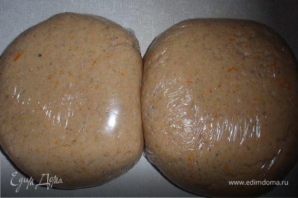 Влить в муку кефирную массу и замесить тесто. Разделить тесто на две части, обернуть пищевой пленкой и отправить в холодильник минимум на один час.