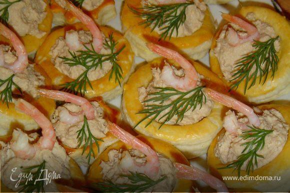 Выложите начинку в волованы и украсьте креветками и зеленью. Все! Приятного аппетита!