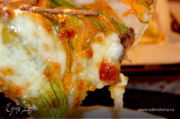 Поставить в разогретую до 200 градусов духовку и выпекать 20-25 минут. Готовую пиццу подавать сразу. Приятного аппетита!
