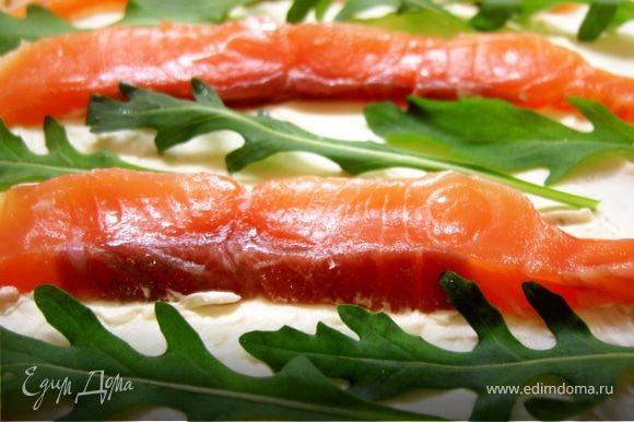 На блин равномерным слоем намазываем маскарпоне, сверху ( не слишком плотно) раскладываем ломтики лосося и кладем немного листочков рукколы.