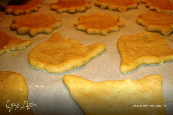 Присыпать стол мукой, выложить на него тесто и раскатать. Вырезать из теста печенье той формы, которая вам больше нравится. присыпать сахаром или миндалем.