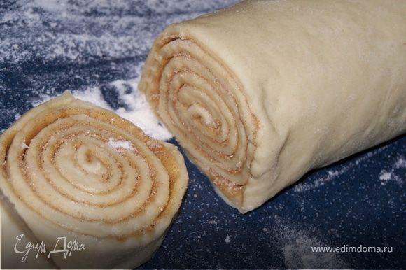 Готовое дрожжевое тесто тоненько расскатываем, затем намазываем тесто расстопленным маслом. Смешиваем сахар и корицу и густо посыпаем этой смесью наш пласт теста. Сворачиваем рулетом и режим на кусочки (примерно 4 см.). Затем выкладываем их на застеленный пергаментом лист, и даём постоять ещё минут 30, чтобы они подошли. Потом смазываем наши рулеты заранее взбитым яйцом и посыпаем сахаром. Ставим в разогретую до 200 °С духовку минут на 10 и готово!!!