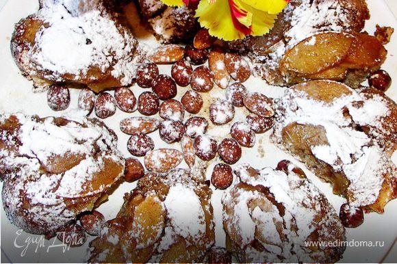 В оставшийся сироп добавить ликёр.Готовый бисквит обмазать со всех сторон сиропом.Остудить.Посыпать сахарной пудрой.Приятного аппетита!)))