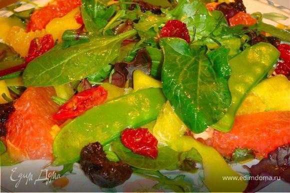 В миске заправить листья салата соусом, оставив небольшое количество. На тарелку выложить листья салата, затем лепестки манго, дольки грейпфрута, стручки гороха, дольки апельсина. Сливы разложить по краю, Черри выложить хаотично. Сбрызнуть оставшейся заправкой. Надеюсь, хорошее настроение будет гарантировано!