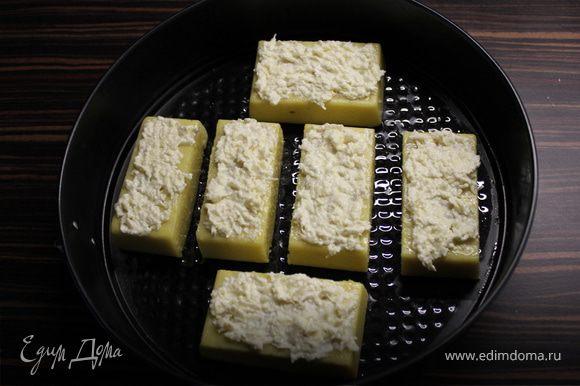 Сверху смазваем соусом из сыра,чеснока и майонеза ( пропорции все по вкусу).