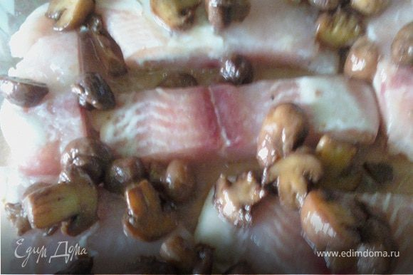 Слегка обжарить грибы (при желании можно с луком) 200-300г. Выложить их на рыбу.