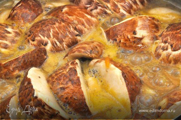 Теперь тонко нашинкуем белые шампиньоны, а Портобелла нарежем крупными дольками. Морковь натрем на крупной терке, луковицу шинкуем мелкой крошкой. Морковь и лук слегка пассируем на оливковом масле. Отправляем грибы и морковь в прогретую на плите нашу основу, но не кипятим сильно, лишь доводим до легкого «бульканья».