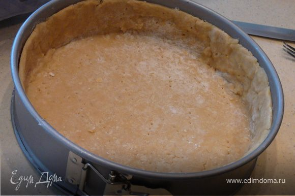 Тесто: Смешать сухие компоненты, отдельно мокрые и постепенно добавить в сухие. Замесить тесто, сформировать в 2 шарика (один больше) и охладить.