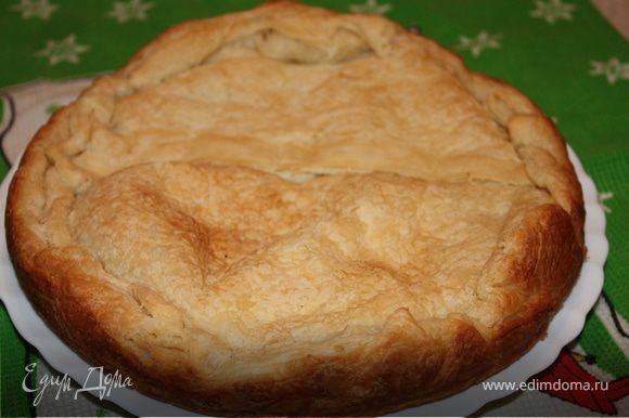Выпекать в течении 30 минут при температуре 180 градусов. Когда пирог будет готов, накройте его влажным полотенцем и дайте немного остыть. Подавать со сметаной и зеленью. Приятного аппетита!
