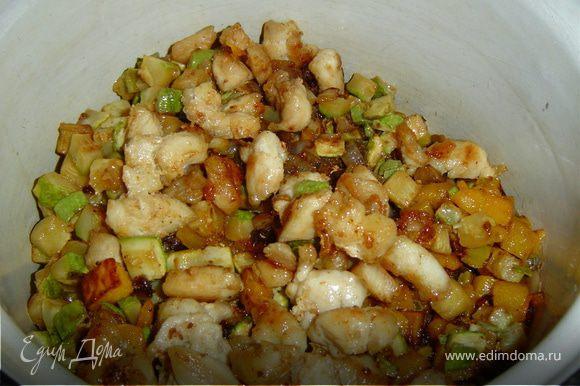 Пока тыква запекается, приготовьте начинку. Порежьте курятину небольшими кубиками и обжарьте на растительном масле. Также поступите с грибами, кабачками, луком, картофелем, сладким перцем и, конечно же, мякотью тыквы, вырезанной из середины тыквы и крышки. Все ингредиенты смешайте, посолите, поперчите по вкусу, добавьте сухие итальянские травы, сливки, молоко и протушите на медленном огне 7-8 минут.