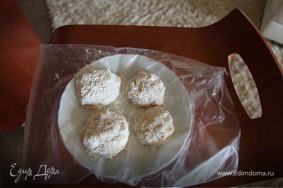 Кальмар чистим и пропускаем через мясорубку,затем лук и смоченный в воде батон,добав. 2 яйца и специи,перемешиваем. Фарш будет жидковат,поэтому лепим небольшие котлетки,т.к они имеют свойство растекаться, обмазываем с двух сторон яйцом и обваливаем в муке(мука+ паниров.сухари),и кладем на разогретую сковороду