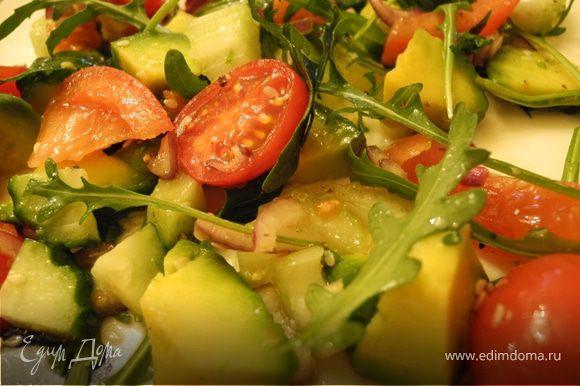"""Порезать авокадо, огурец, помидор, сельдерей - кубиками. Лук - пластинками. Аккуратно перемешать с оливковым маслом и лимонным соком. Выложить на """"подушку"""" из руколы, посолить, поперчить, посыпать кунжутными семечками. Приятного аппетита!"""