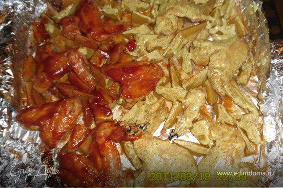 Ставим в духовку минут на 30.За это время готовим заливку в одну тарелку добавляем майонез,базилик,майоран,эстрагон,карри - перемешиваем.В другую тарелку - кетчуп или томатная паста(густая),1-2ч.л.соевого соуса и базилик - перемешиваем. Затем достаем, снимаем фольгу и обмазываем часть майонезной заливкой, часть - томатной.