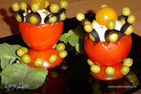 На подставку поставьте чашу с закуской и украсьте желтыми помидорами-черри.
