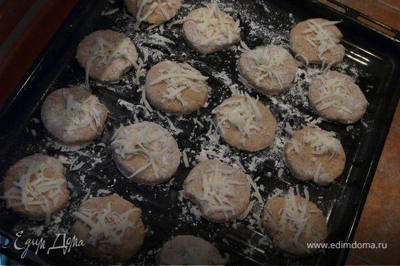 Смешать сухие и отдельно мокрые компоненты, замесить тесто и раскатать в пласт не тоньше 2 см. Стаканом (ок. 4 см) выдавить кружки, посыпать немного сыром и печь в духовке при 200С 15 минут. Хороши с растертым авокадо или с екстра сыром:) А вообще, даже с джемом.