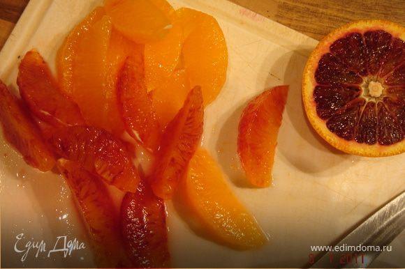 Из очищеных апельсинов вырезать филе и удалить кости.Лук и кинзу мелко нарезать.