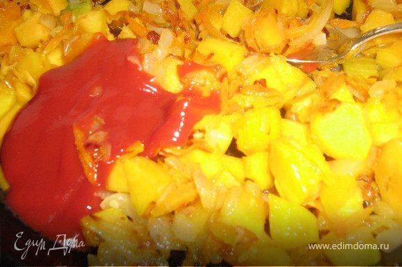 В сковороде разогреть раст.масло и обжарить в нём мелко нарезанный лук, натёртый имбирь,натёртую морковь,добавить нарезанную кубиками тыкву,обжарить всё помешивая 5 минут,добавить томат-пасту(или кетчуп),потушить пару минут,посолить по вкусу.