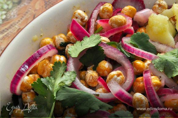 Предварительно подваренный нут обжарить на оливковом маслом с измельченным розмарином до легкого «румянца». Теперь можно закончить наш салат. Поверх теплого картофеля выложить кольца маринованного красного лука, добавить поджаренный нут и украсить листьями кинзы, немного молотого перца и оливкового масла и наш вкуснейший салат готов! Поститесь приятно!