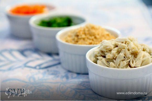 Добавляем сладкий перец, зеленый лук, панировочные сухари и крабовое мясо в майонезную смесь.
