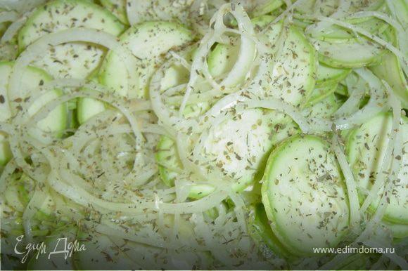 Лук нарезаем кольцами и добавляем к кабачкам, кладем специи, солим и аккуратно перемешиваем.
