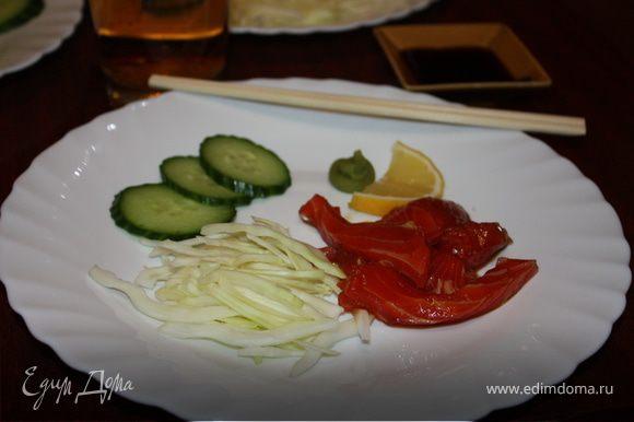 Филе надо очистить от возможных прожилок, костей и жира. Должно остаться только красное мясо рыбы. Помыть, высушить, нарезать на небольшие кусочки и залить соевым соусом. Поставить в холодильник на 30 минут - 1 час. Подавать с нарезанными овощами, лимоном, имбирем и соусами соевым и васаби. Приятного аппетита!